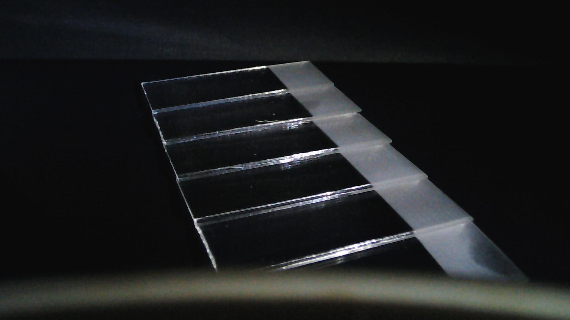 Funktionelle Farbstoffe auf Glas unter Tageslicht – visuell farblos
