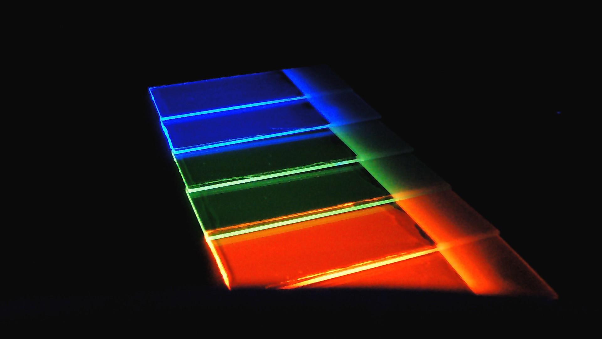 Funktionelle Farbstoffe auf Glas unter UV - Licht – farbig lumineszierend